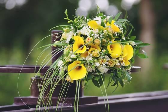 Žluté kaly prozáří letní svatbu.