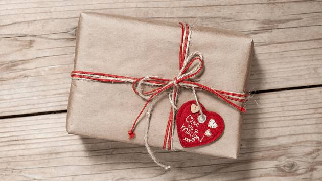 Jako visačku na dárek můžete použít srdce z papíru.