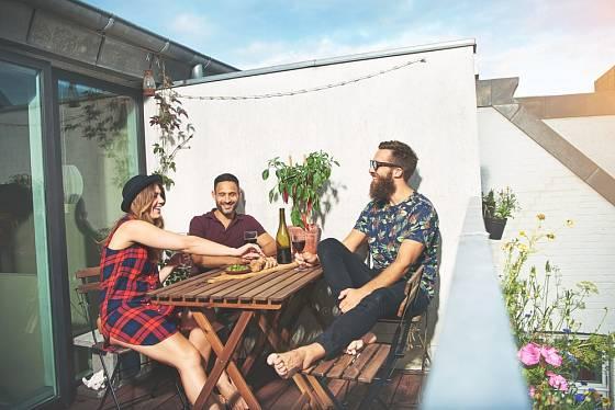 Na balkoně si můžeme dopřát i příjemné posezení s přáteli.