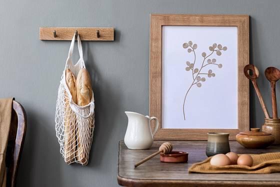 Dřevěné dekorace se hodí prakticky do každé místnosti.