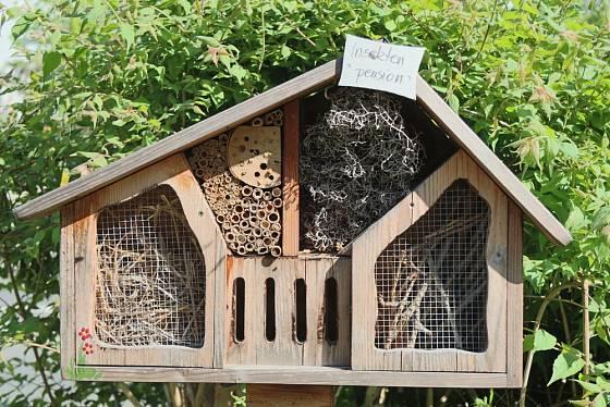 Hmyzí hotel je skvělý DIY projekt pro obdobé karantény.