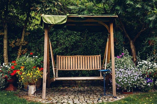 Houpací lavička v zahradě potěší hlavně děti.
