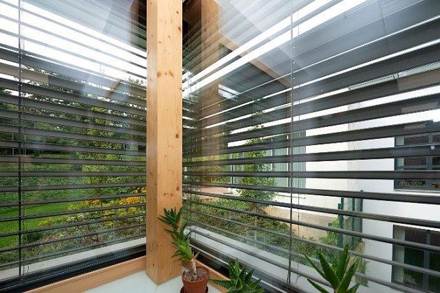 Předokenní žaluzie s lamelami ve tvaru písmene C jsou ideální pro stínění všech oken