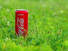 Zkoušeli jste někdy, co umí Coca Cola na zahradě?