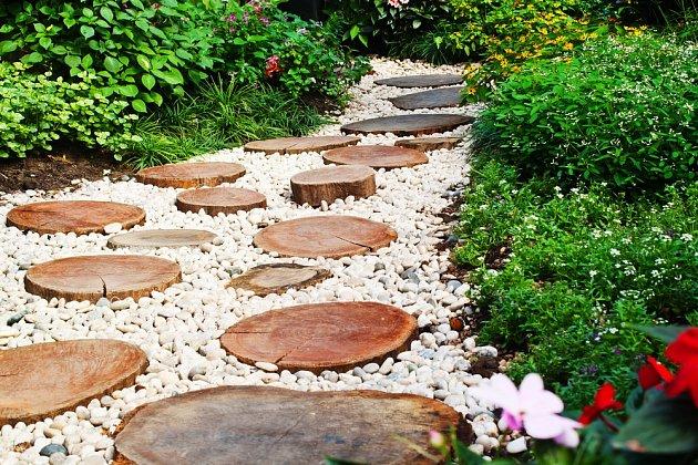 Dřevěné šlapáky v zahradě vypadají půvabně.