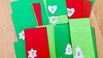 Zelené a červené obálky se zaplňují postupně.