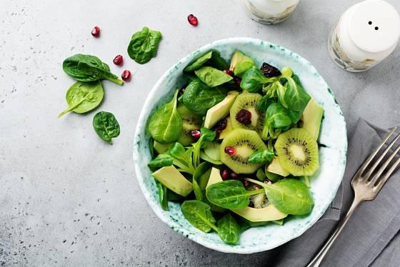 Salát z kiwi a listů mladého špenátu.