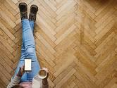 Parketová podlaha si zaslouží po letech užívání rekonstrukci.
