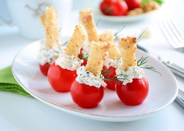 Drobnější rajčata můžete připravit i jako originální jednohubky