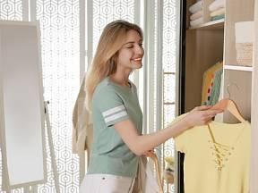Vyprané oblečení ukládáme do šatníku jako voňavé a svěží.