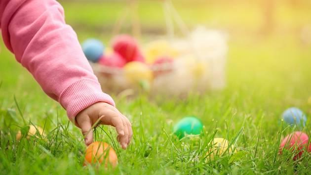 Děti barvení, a potom hlavně hledání, velikonočních vajíček milují