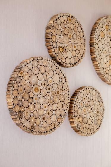 Mnoho dekorací ze dřeva si zvládnete vyrobit sami.