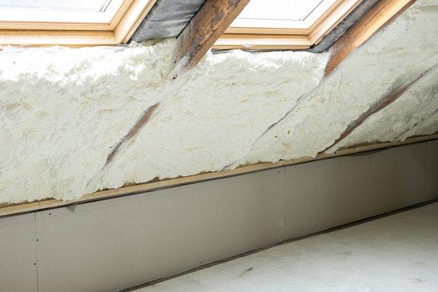 Minerální vata se k vnitřnímu zateplování domů využívá často.