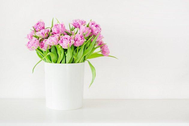 Růžové tulipány v bélé jednoduché váze jsou sázkou na jistotu.