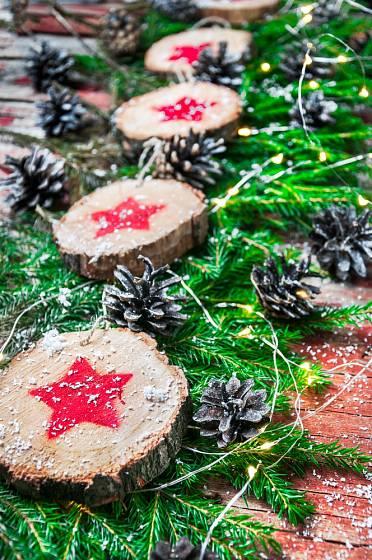 Ozdobte girlandu kolečky ze dřeva a řetězem ze šišek.