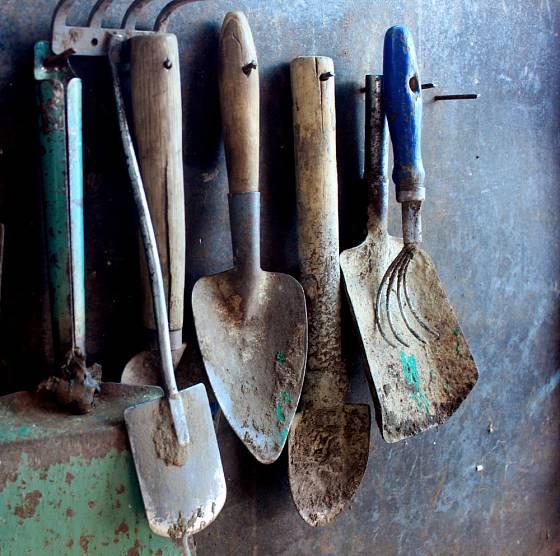 Staré nářadí a zahradní pomůcky vystavte na zdi. Nevzdávejte se žádného starého kousku.