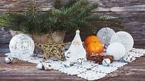 Bílé háčkované Vánoce mohou nahradit chybějící sníh za okny.