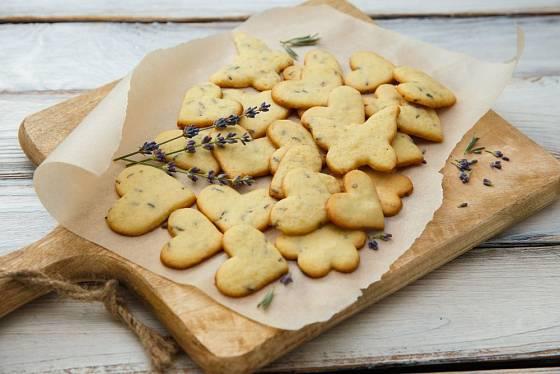 Květy levandule můžete přidat do těsta na sušenky