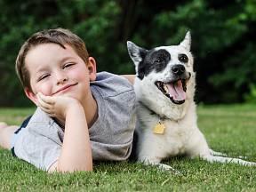 Dítě a jeho pes v dokonalé souhře.