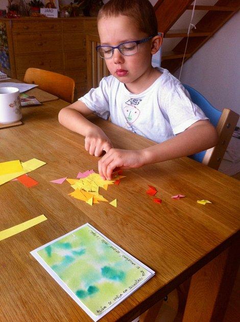 Z barevných papírů si vystříhejte různě velké pravoúhlé trojúhelníčky.