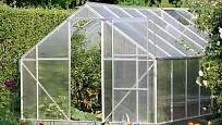 Z plexiskla se často konstruují skleníky.