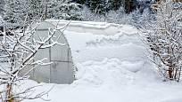 Sníh sice skleník z polykarbonátu izoluje, ale nepropouští světlo