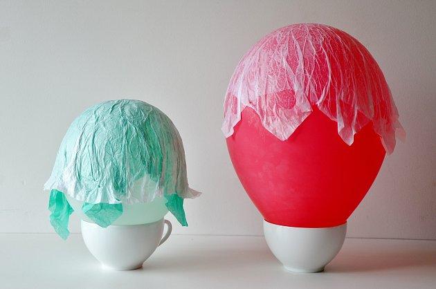 Výroba svítící medúzy metodou papírmaše