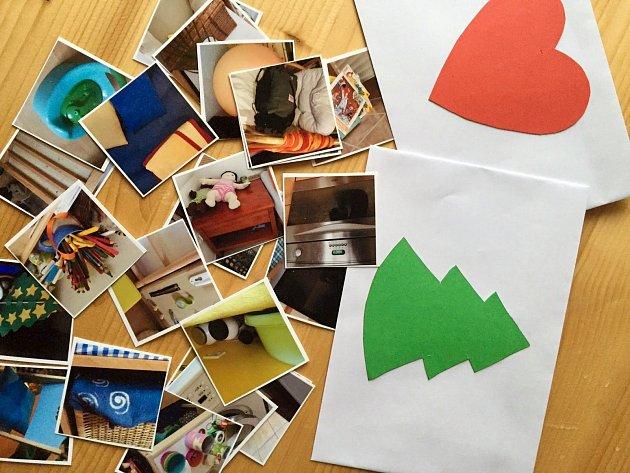 Každý den děti hledají drobnosti podle fotek z různých koutů domácnosti.
