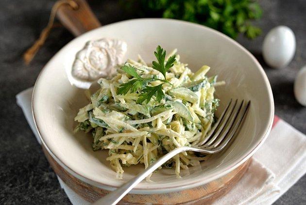 Nahrubo nastrouhané kedlubny jsou skvělým základem salátů