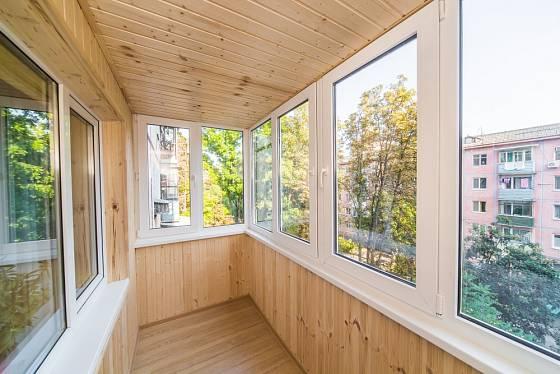 Zasklená lodžie obložená dřevem navozuje příjemnou atmosféru.