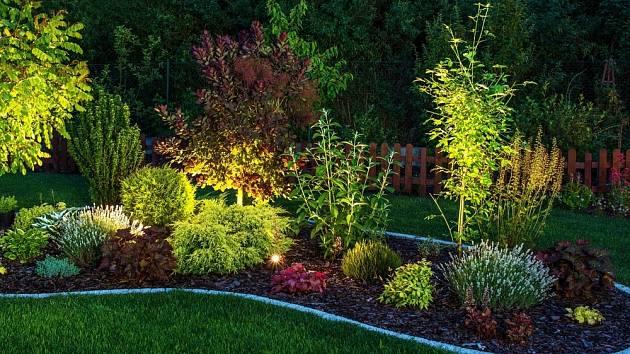 Osvětlení večerní zahrady