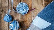 Z vyřazených riflí můžete vytvořit patchworkové přehozy, tašky, předložky, nebo jiné praktické věci.