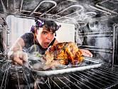 Neváhejte katastrofu odvrátit a pokuste se o záchranu připáleného jídla.