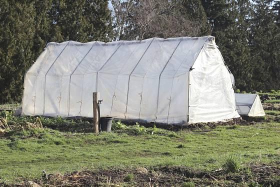 Izolovat skleník netkanou textilií zvenku je také jednou z možností