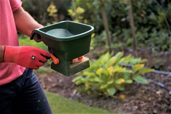 Hnojivo nejpřesněji aplikujete pomocí ručního rozmetadla nebo sypacího vozíku