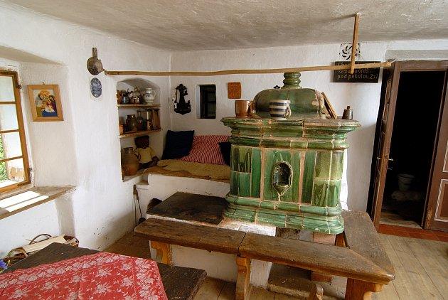 Kamna s barokní kachlovou kobkou jsou ozdobou světnice