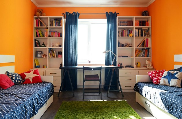 Knihovnička, která vyplnila prostor zdi vedle okna v dětském pokoji.