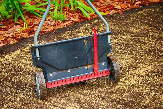 Sypací, nebo též aplikační, vozík umožní pravidelný výsev travního semene.