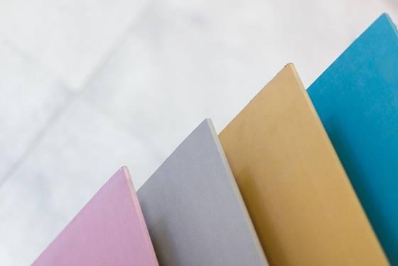 4 druhy sádrokartonu se odlišují nejen barvami, ale hlavně svými vlastnostmi