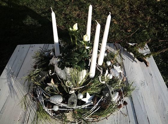 Adventní věnec s čemeřicí můžeme obměnit a místo čemeřice použít bíle kvetoucí brambořík, nebo azalku.