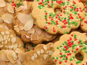 Cukroví můžeme přizdobit plátky mandlí.