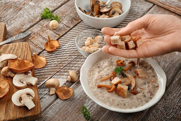 Ze ztvrdlého chleba můžeme připravit skvělé krutony do polévek.