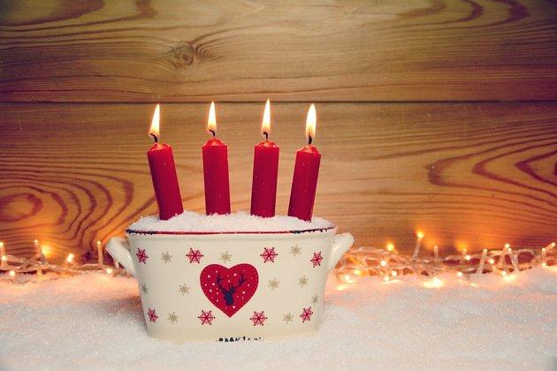 Vysoké svíčky vypadají hezky zapíchnuté v míse