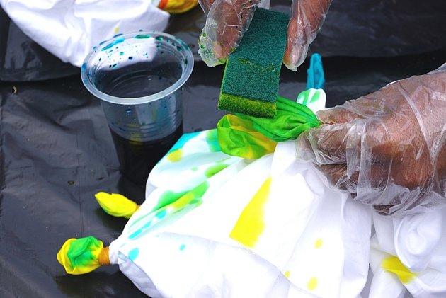 K nanášení tekuté barvy poslouží houbička na nádobí.
