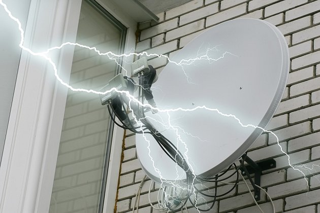 Část proudu z blesku se může dostat do domu