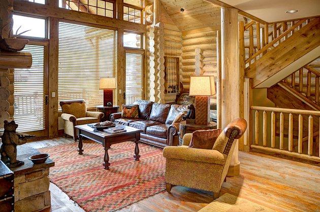 Atmosféra interiéru dřevostaveb je nezaměnitelná. Ale dá se vyrobit i tak, že bude k nerozeznání od zděného domu.