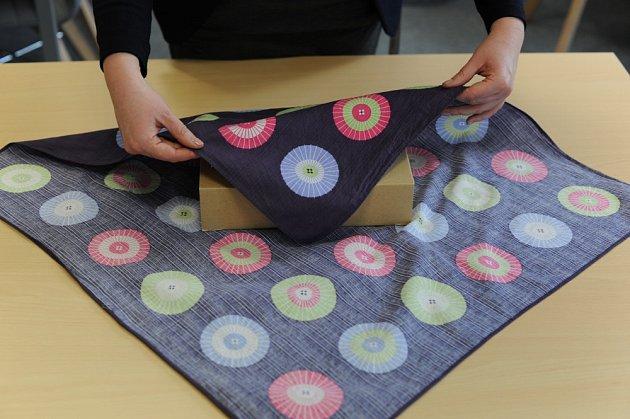 Metodou furoshiki můžete zabalit dárky i bez speciálních dovedností.