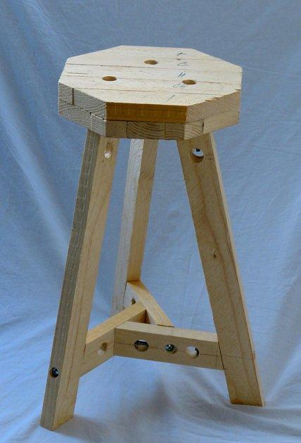 Hotová dřevěná trojnožka