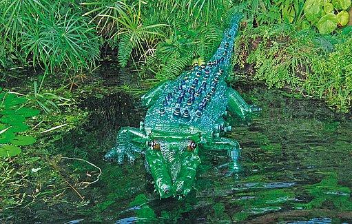 Jen na výrobu krokodýla spotřebovala Veronika přes sto sedmdesát láhví.