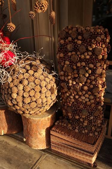 Šišky jsou pro výrobu exteriérových dekorací vděčný materiál.